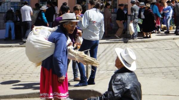 Femme qui porte la paille pour Montecristi