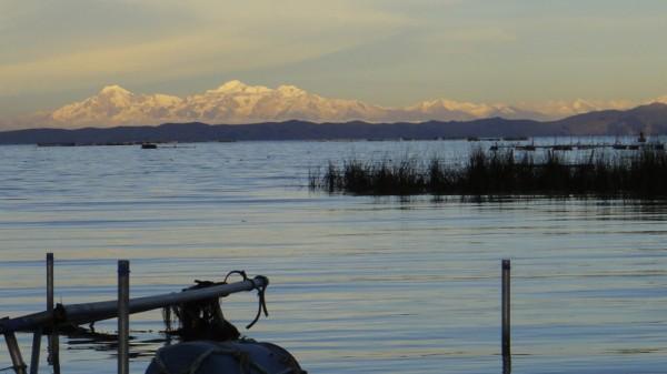 Le lac et montagnes boliviennes au loin