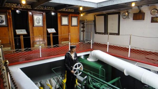 12-salle machines au centre et cabines
