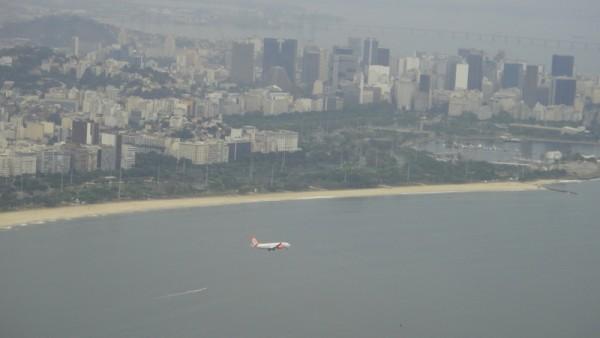 Les avions atterrissent dans la ville
