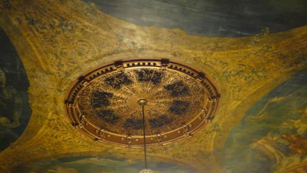 07-au plafond, la tour Eiffel vue de dessous