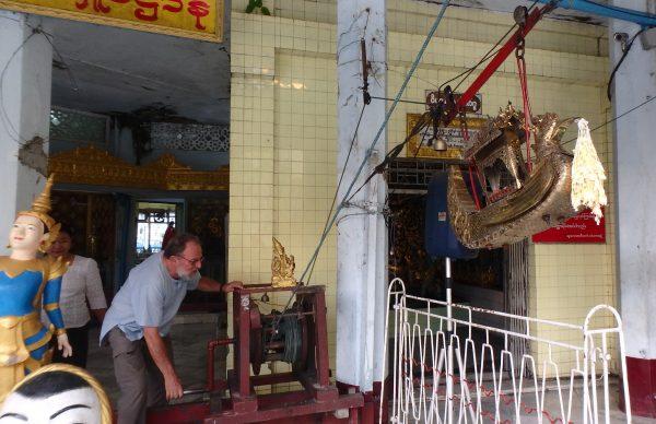 Après avoir glissé un billet dans cet engin, Jean-Louis tourne pour le faire monter vers une ouverture du stupa. Haaaa, il faut le mériter l'exaucement de ses voeux.....