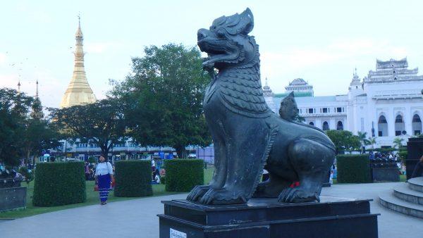 La grand place et derrière, la pagode Sulé