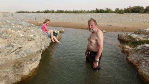 Bain ou lessive dans l'oued, près de Boudnid