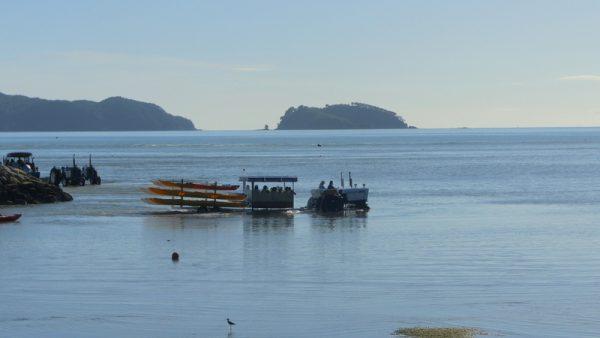 02-tracteur amenant canoés et passagers à la mer