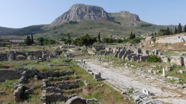 15 la cité et l'Acrocorinthe à l'arrière